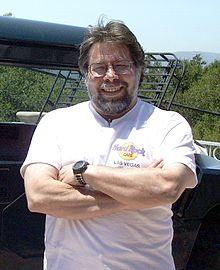Steve Wozniak 曾与斯蒂夫·乔布斯合伙创立苹果电脑(今之苹果公司)。沃兹尼亚克在1970年代中期创造出苹果一号和苹果二号,苹果二号风靡普及后,成为1970年代及1980年代初期销量最佳的个人电脑,被誉为是使电脑进入大众家庭的工程师。