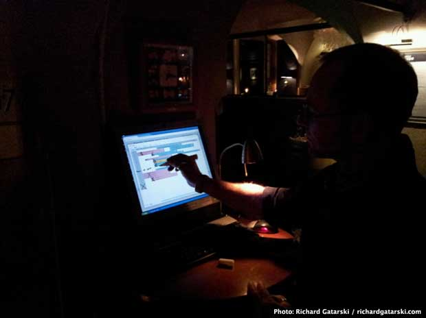 领班用一支普通的白板笔在屏幕上核销来到的客人!