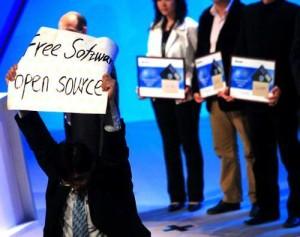 2007年王开源在比尔盖茨北大演讲时举牌