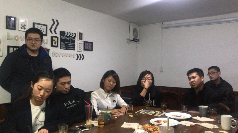左一棣琦在给译作签名,北京沙龙是妹子最多的一处