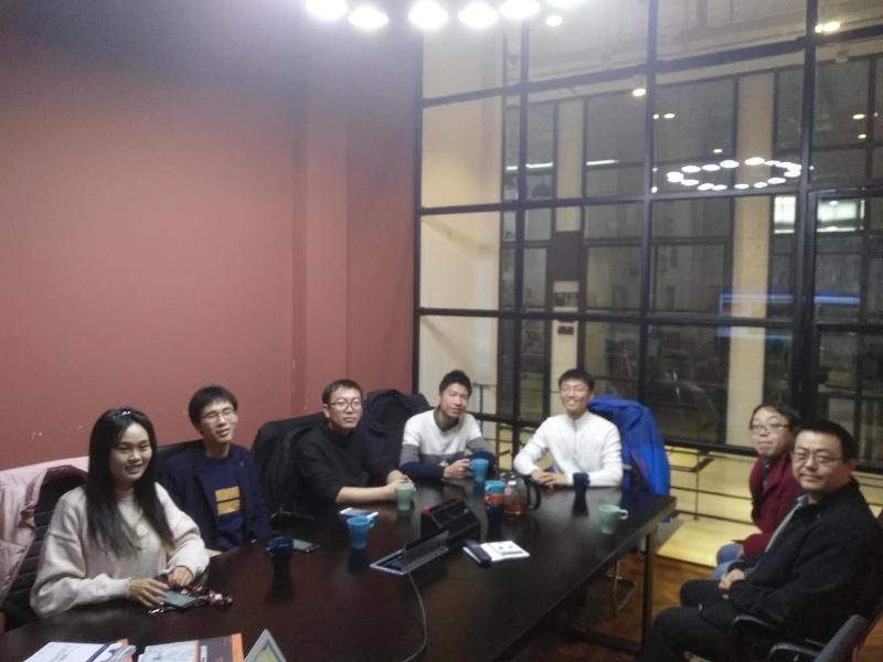 上海沙龙,左一是上海召集人瑾萱