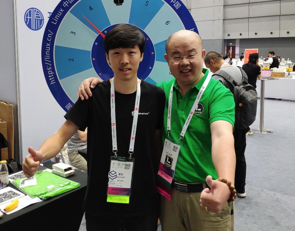 余淮(左)和老王(右)在 KubeCon 2019