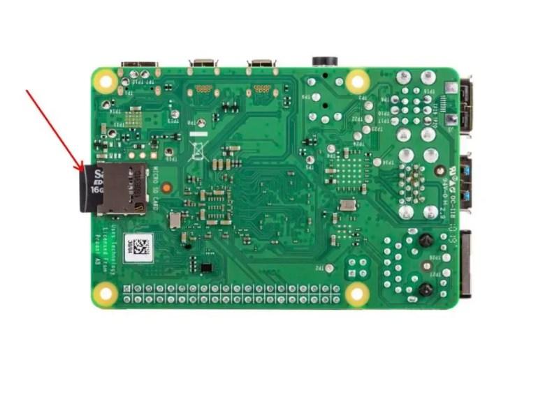 树莓派 4B 板倒置,插入 Micro SD 卡